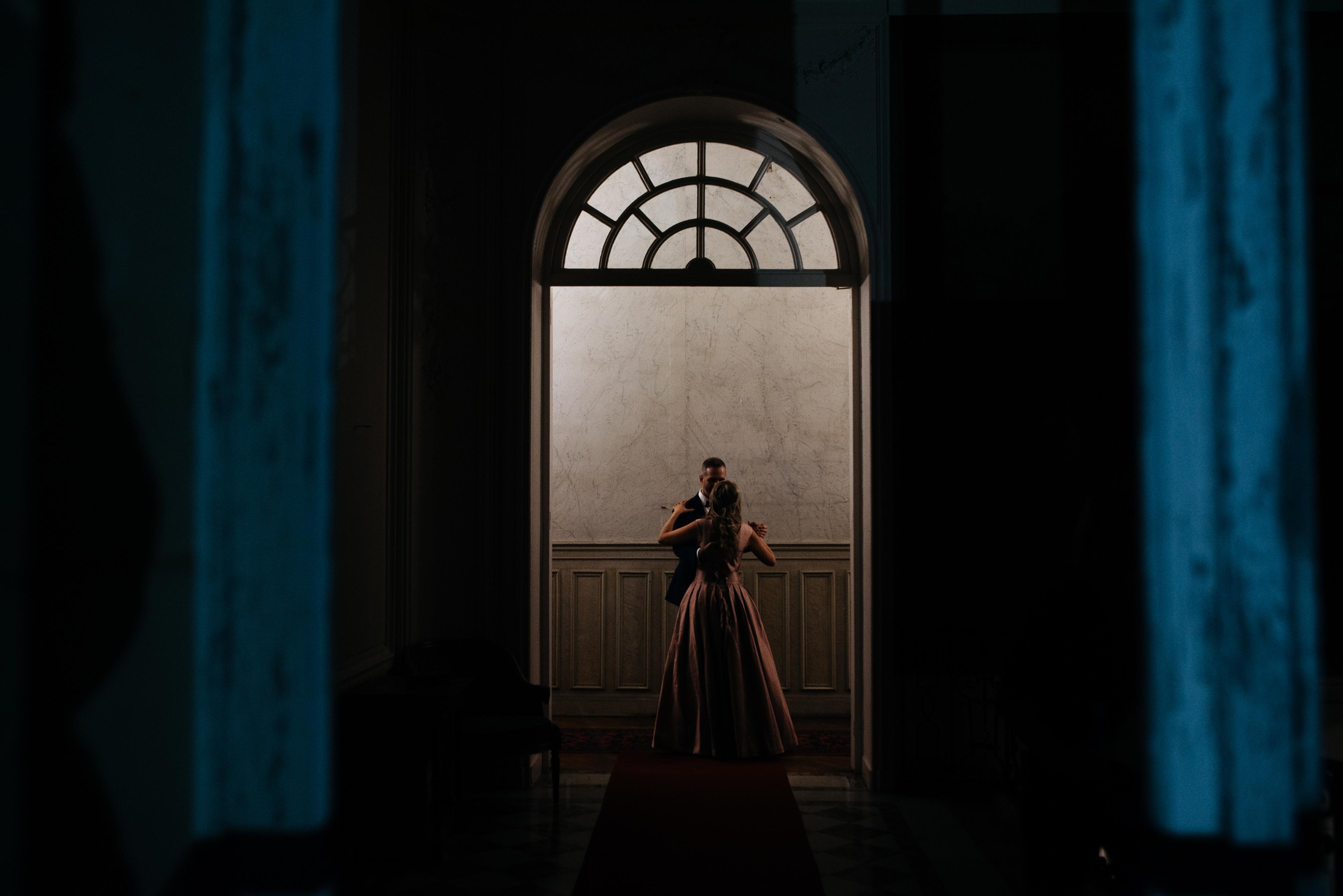 Moment intime des mariés au Château de Dangu