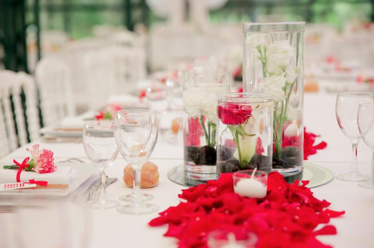 Centre de table fleurs dans l'eau