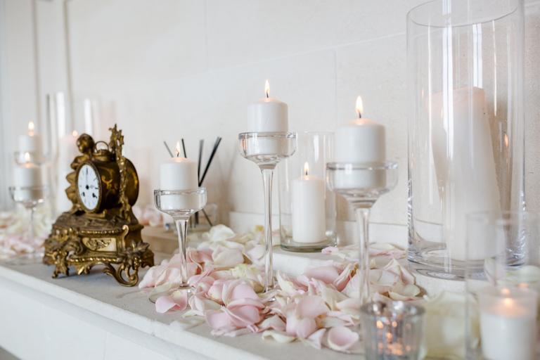 Décoration pétales et bougies sur la cheminée