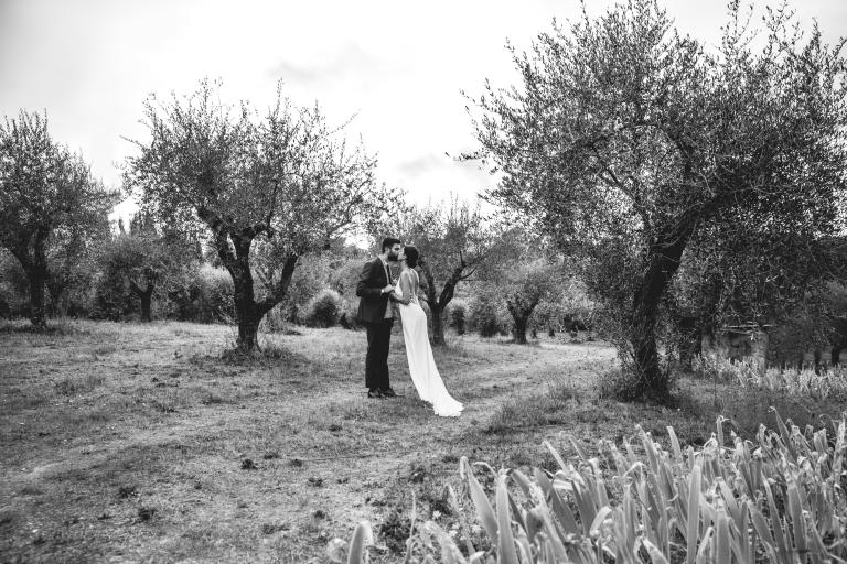 Escapade et baiser des mariés
