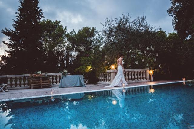 Mariée au bord de la piscine