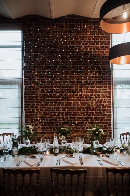 Décoration guirlandes lumineuse mur en brique